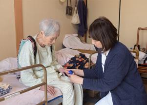 高齢の患者様を診察中 写真